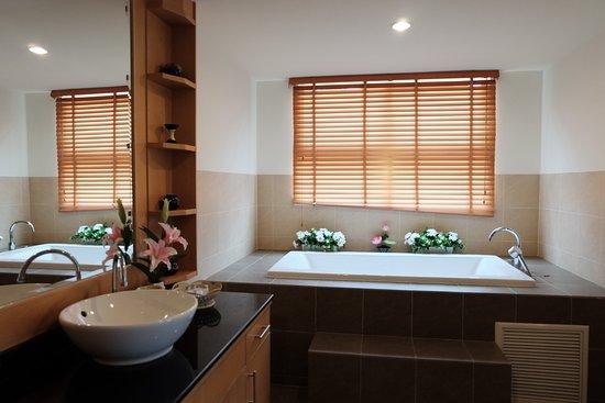 SeaRidge Resort: ห้องน้ำพร้อมอ่าง