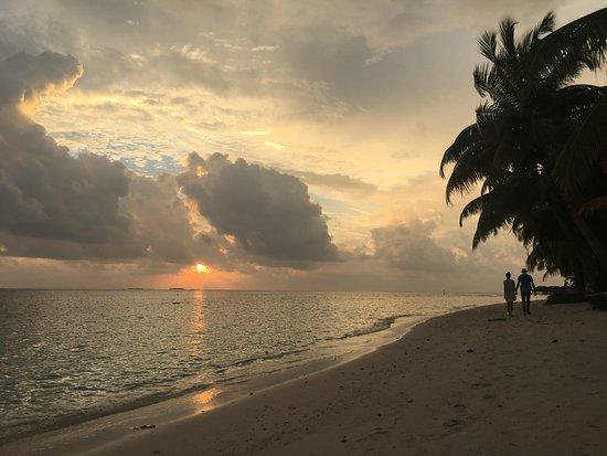 Vilamendhoo Island Resort & Spa: Výhľad z pláže pred izbou