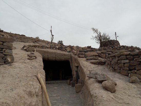 Maymand, อิหร่าน: hand-dug house