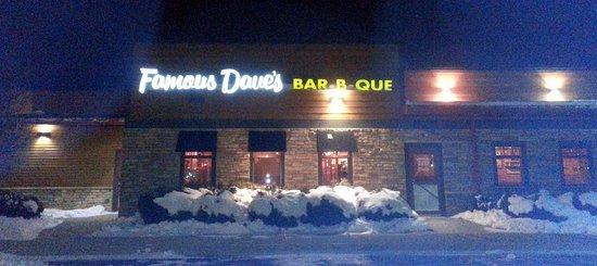Algonquin, Илинойс: rear entrance to Famous Dave's