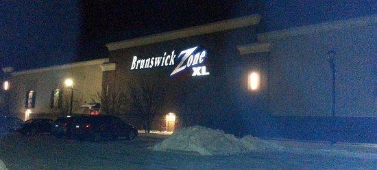 Algonquin, Илинойс: side entrance to Brunswick Zone XL