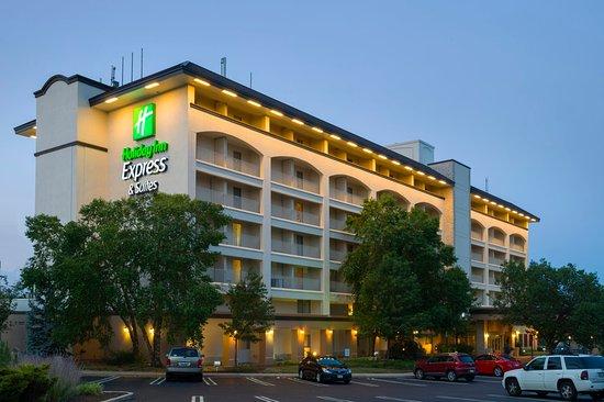 هوليداي إن إكسبريس هوتل آند سويتس كنج: Hotel Exterior