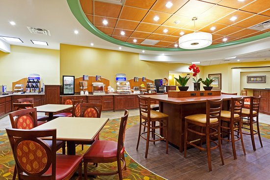 Holiday Inn Express Greensboro-Wendover: Enjoy your complimentary breakfast in our vibrant dining area