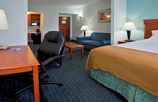 Holiday Inn Express Hotel & Suites: Holiday Inn Express Lake Okeechobee Jr. Suite King Bed Guest Room