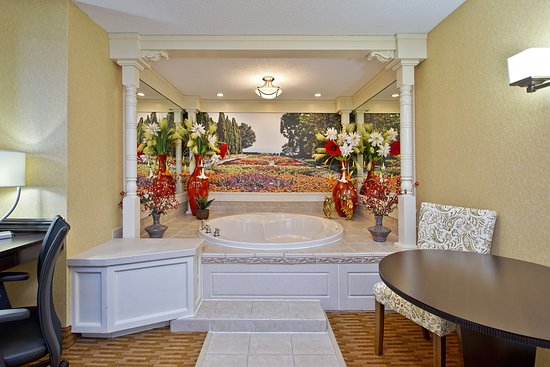 West Middlesex, PA: Themed Spa Suite with Jetted Tub. Garden Suite.