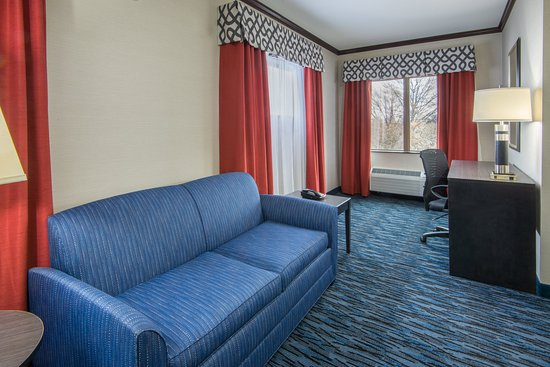 Brook Park, OH: King Executive Suite living area