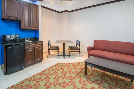 Brook Park, OH: King Suite living area