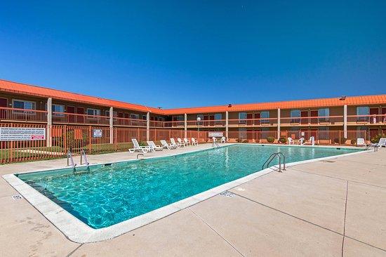 Budget Host Inn & Suites: Pool
