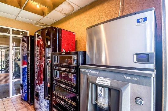 Budget Host Inn & Suites: Vending area