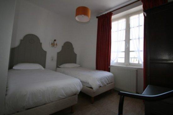 Esquibien, France: Suite familiale triple: 1 chambre à 2 lits (90x190) ou grand lit et 1 chambre à 1 lit  (90x190)