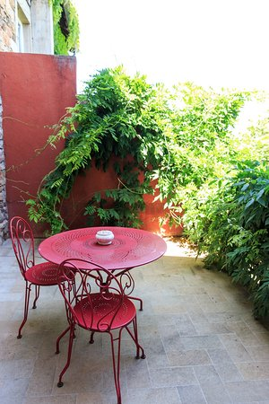 Garden - Picture of Auberge du Paradis, Saint-Amour-Bellevue ...