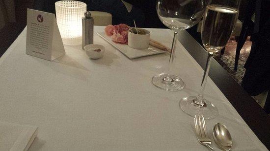 CUISINEMOI : ужасный сервис: принес закуску и оставил на другом конце стола!