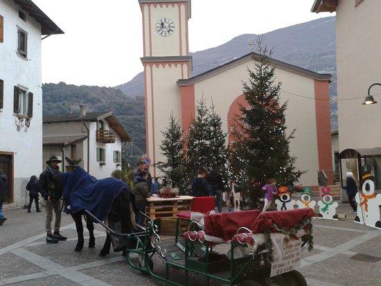 La Valle Dei Laghi: Piazza di Santa Massenza.