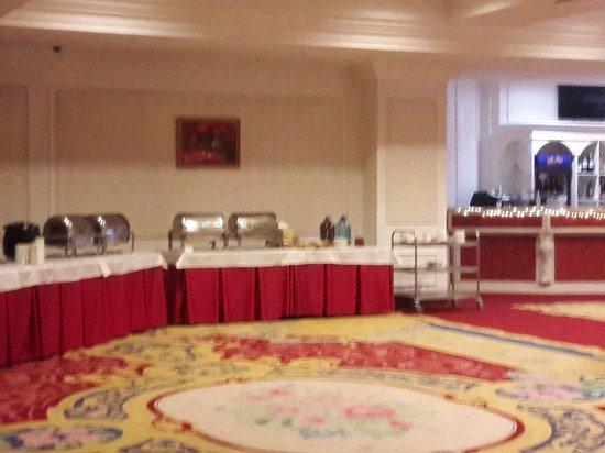 Royal Congress Hotel: Холодный душ, всё разваливается и компот в бутылях.