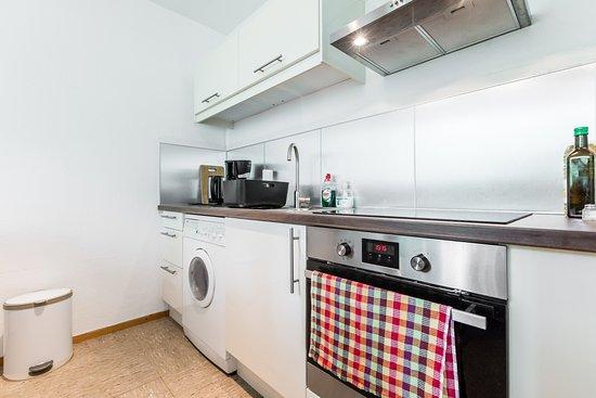 Kuche Mit Waschmaschine Und Backofen Picture Of Mewo Cologne