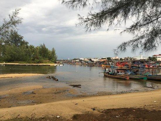 Narathiwat, Thailand: รอบๆหาดนราทัศน์จะมีเรือประมงของชาวบ้านจอดอยู่มากมาย
