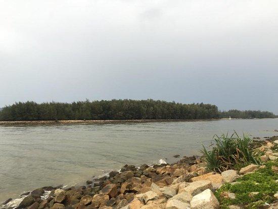 Narathat Beach: มองข้ามไปเห็นอุทยานแห่งชาติอ่าวมะนาวอยู่อีกฝั่ง