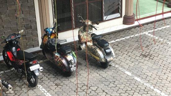Jember, Indonesia: Parkplatz mit unseren 2 Vespen...