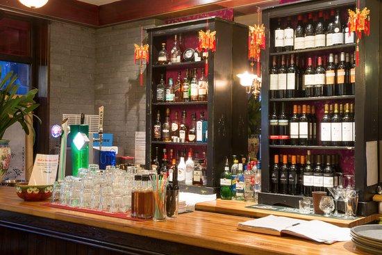 Michael Wan's Mandarin Cantonese Restaurant: Fully stocked bar