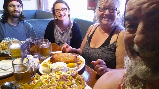 Tillsonburg, Canadá: Customers enjoying our nachos!
