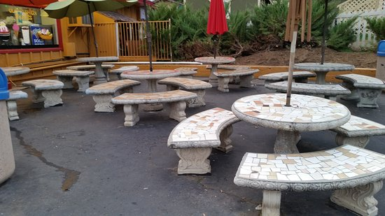 Pine Valley, CA: Plenty of outside seating.