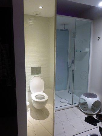Der tur  Kleiderschrank zu, WC offen, die Dusche spigelt sich in der Tur ...