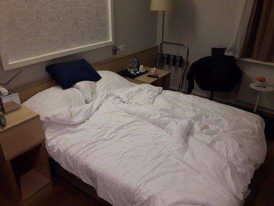 das l cherliche queensize bett mit 150cm breite wird als doppelbett verkauft bild von. Black Bedroom Furniture Sets. Home Design Ideas