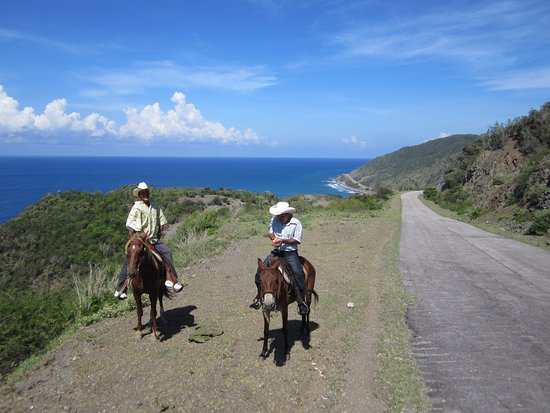 Marea del Portillo, Κούβα: Cuba Horseback riding, coast highway towards Santiago.
