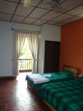 Hotel Las Nieves: la habitación cuenta con poco mobiliario, a pesar de su amplitud.