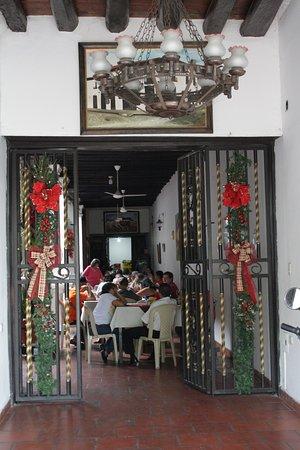 Hotel Las Nieves: Del comedor vienen fuertes olores a basura y ofrecen comida de mala calidad.