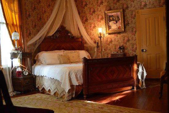 Carleton House Bed & Breakfast: Lillian's Room has a King Size bed, gas fireplace and Jacuzzi tub for two in the private bath..