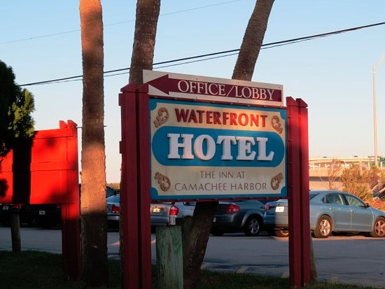 Inn at Camachee Harbor: Front sign in parking lot