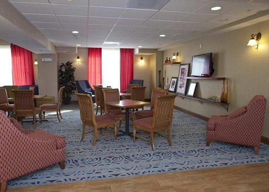 Hampton Inn & Suites Pittsburg : Sitting Area Lobby
