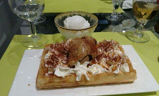 Anet, France : Repas de ce soir : pâtes du jour jambon cru/sauce au gorgonzola et gauffre avec glace italienne