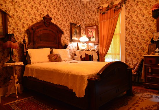 """Bonham, TX: may's Room has a Queen Pillowtop Bed, 32"""" TV and a  Clawfoot Tub/ Shower"""
