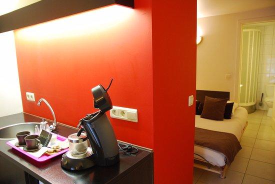 Chambre salle de bain douche WC lavabo Café Senseo et thé