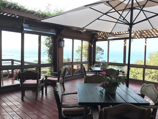 Tickle Pink Inn: Sheltered dining area