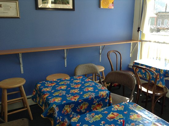 Lemon Rose Bakery: Small seating area inside.