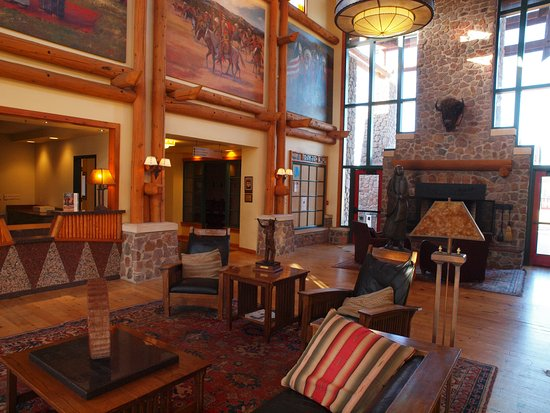 Lone Wolf, OK: Warm , inviting lobby area.