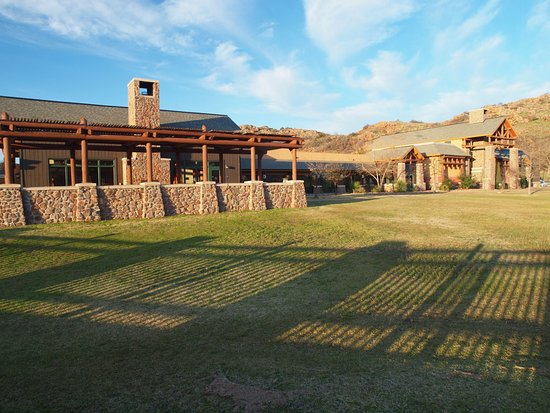 Lone Wolf, OK: Lodge and view of rocky hills