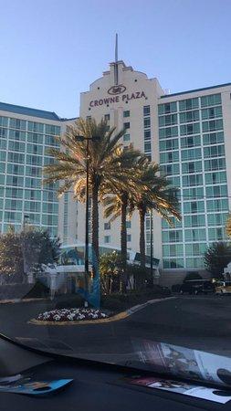 Crowne Plaza Orlando Universal: Entrada al hotel