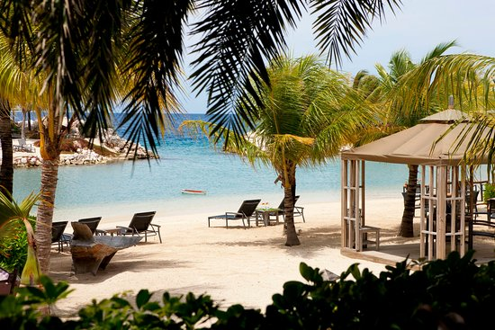 Baoase Luxury Resort: The resort's private beach offers butler service