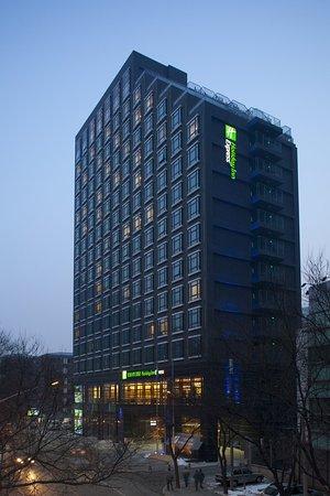 Holiday Inn Express Beijing Dongzhimen: Hotel Exterior
