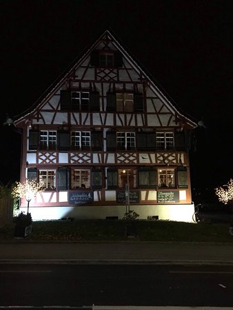 Kreuzlingen, Suisse : Just the type of place that we like to eat. It's a little bit out of the way and the building is