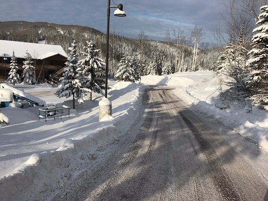 Eagle Ridge at Lutsen Mountain: Road to lower parking area