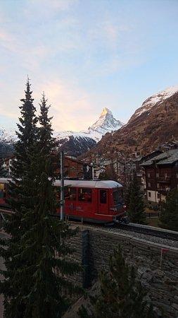 Admiral Hotel : Lever de soleil sur le Cervin et passage du fameux train Gornergrat