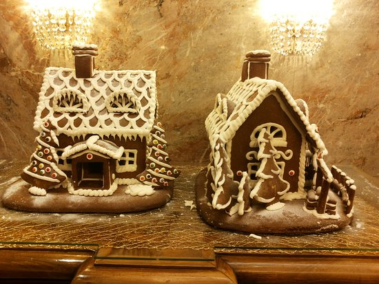 Hotel Stefanie: Gingerbread houses in the lobby