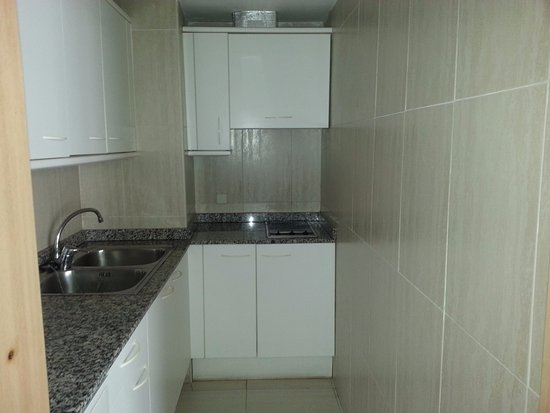 Cocina del apartamento, con microondas, nevera... muy completa ...