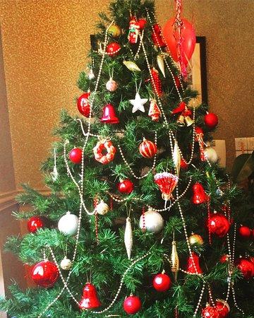Princes Square Hotel : Klart det finns en julgran så här nära jul!