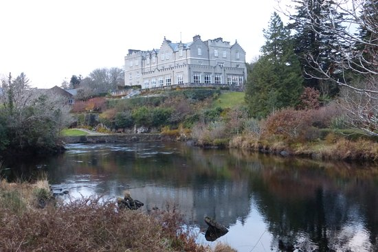 Ballynahinch Castle Hotel: View across the river to the hotel